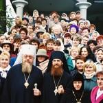 Przed plebanią w parafii arch.Michała