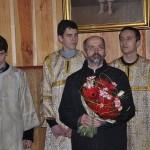 ks.Piotr Snarski, z kwiatami i prysłużnicy