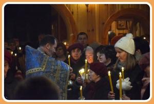 ks.Jerzy Bogacewicz dokonuje poświęcenia świec